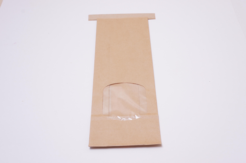 Brun papirspose med vindue, klodsbund og clipse lukning